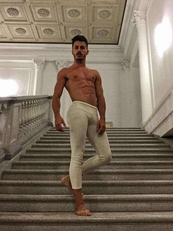 il ballerino ha unerezione)