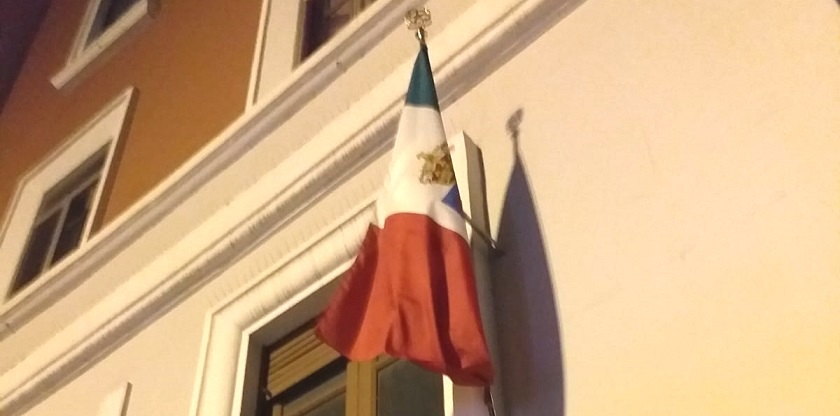 """Il ritorno del principe Emanuele in Italia """"acclamato"""" anche a Campobasso, esposta bandiera con lo stemma sabaudo - Molise Tabloid"""